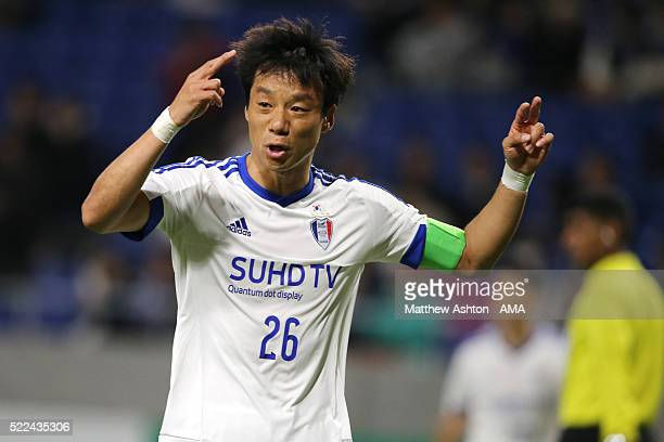 Yeom Kihun of Suwon Samsung Bluewings during the AFC Champions League Group G match between Gamba Osaka and Suwon Samsung Bluewings at Suita City...