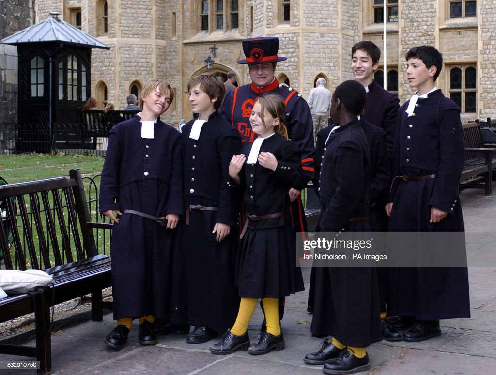 REQUEST FOR BRIGHTON ARGUS. Yeoman Warder Chris Skaife guides pupils of Christ's Hospital School, Brighton, during a visit to th : News Photo