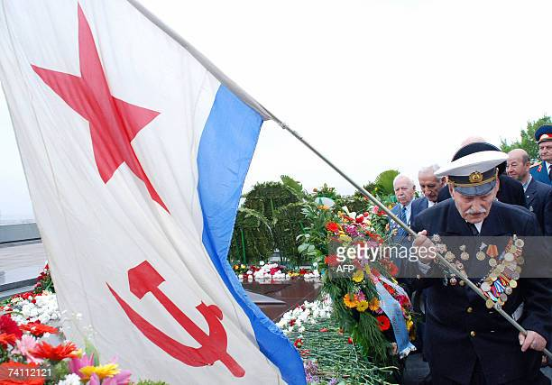 An Armenian World War II veteran carries a Soviet Navy flag in Yerevan 09 May 2007 during the annual celebration of the end of WW II AFP PHOTO /...