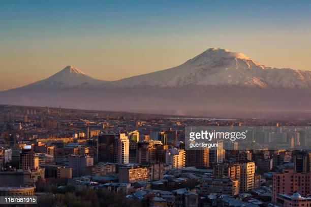 アララト山の前のアルメニアの首都エレバン - エレバン ストックフォトと画像