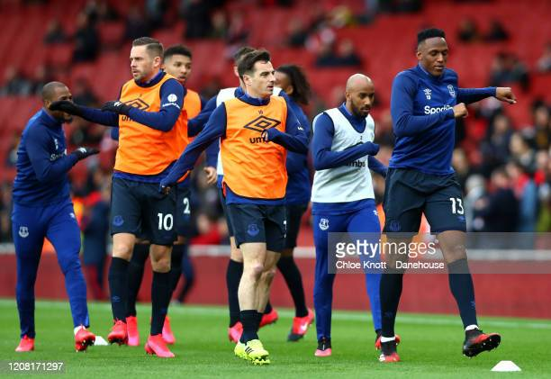 Yerry Mina Fabian Delph Leighton Baines and Gylifi Sigurdsson of Everton warm up ahead of the during the Premier League match between Arsenal FC and...