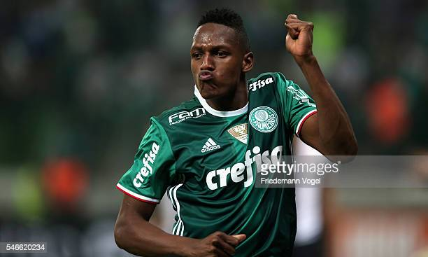 Yerry Mina of Palmeiras celebrates scoring the first goal during the match between Palmeiras and Santos for the Brazilian Series A 2016 at Allianz...