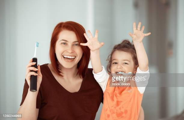 yes, i did it! i brushed my teeth alone! - adulto de idade mediana imagens e fotografias de stock