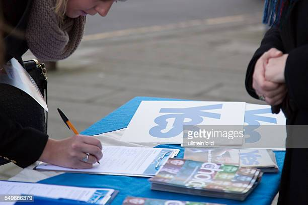 the campaign for an independent Scotland collecting signatures in Edinburgh