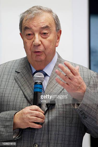 Yevgeny Primakov, head of Russia¡¯s Chamber of Commerce and Industry, talks to media during visiting the Russia Pavilion at Expo site on September 8....