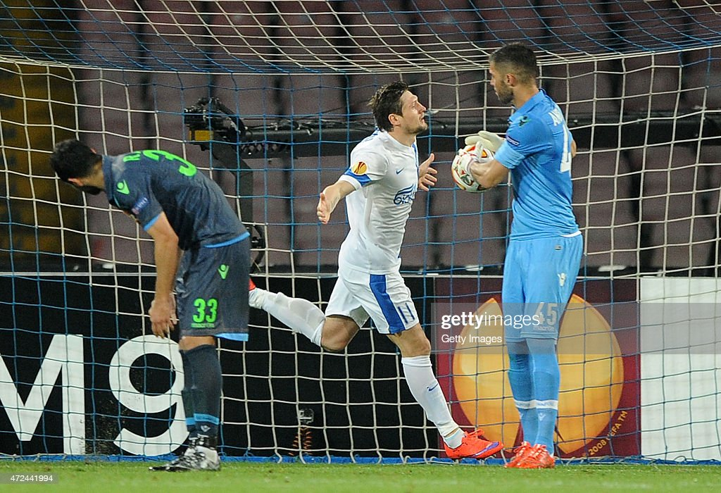 Yevhen Seleznyov of Dnipro Dnipropetrovsk celebrates after scoring the equalizing 1-1 goal as Raul Albiol of Napoli shows his dejection during the UEFA Europa League Semi Final between SSC Napoli and FC Dnipro Dnipropetrovsk on May 7, 2015 in Naples, Italy.