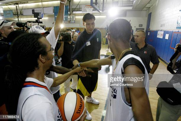 Yi Jianlian with a team of Special Olympics Ateheltes from Staten Island