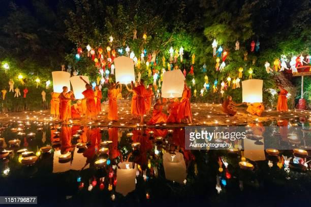 yi peng festival, wat phan tao, chiang mai. - yi peng stock pictures, royalty-free photos & images