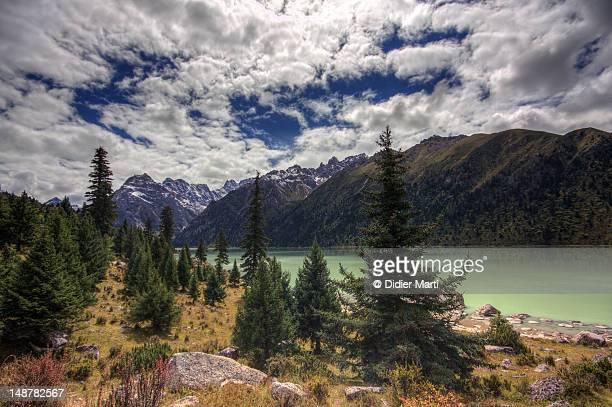 yihun lhatso lake - didier marti stock-fotos und bilder