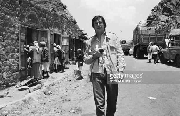 Yémen du Nord juin 1977 Le photoreporter français Benoit GYSEMBERGH marchant dans une rue de Sanaa