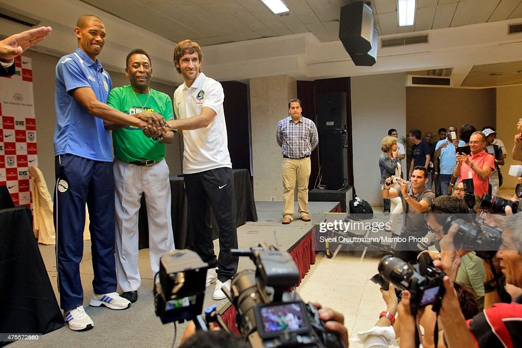 Yénier Márquez (L) of the Cuban national team, Brazilian soccer legend Pele (C) and New York Cosmos captain Raul Gonzalez Blanco (R) of Cosmos New York hold hands during a press conference in the Melia Cohiba hotel, a day before a friendly soccer match between Cuba and New York Cosmos, on June 1, 2015 in Havana, Cuba. The Cosmos will play against Cuba on June 2, 2015 and is the first professional sports team to visit Cuba since 1999, when the Baltimore Orioles played in Cuba.