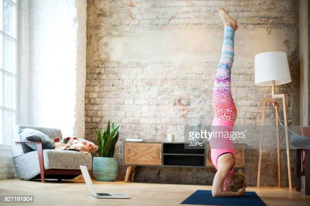yoga at home with laptop - net sports equipment stock pictures, royalty-free photos & images