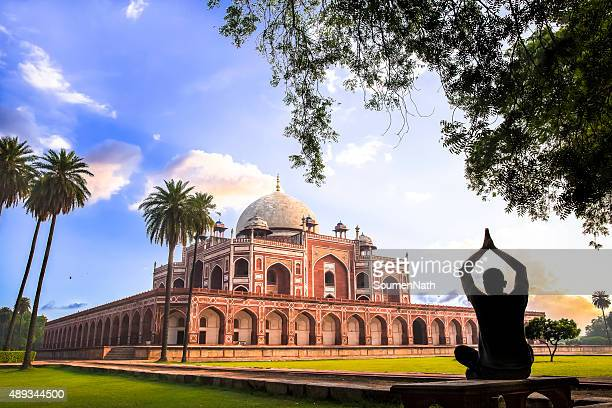 yoga at humayun's tomb, delhi, india - cngltrv1109 - delhi stock pictures, royalty-free photos & images