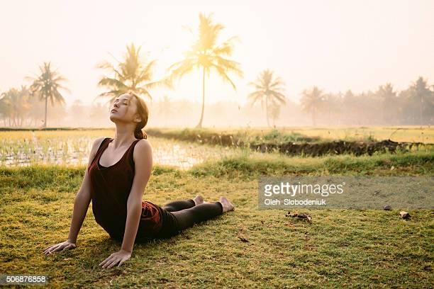 yoga al amanecer - india summer fotografías e imágenes de stock