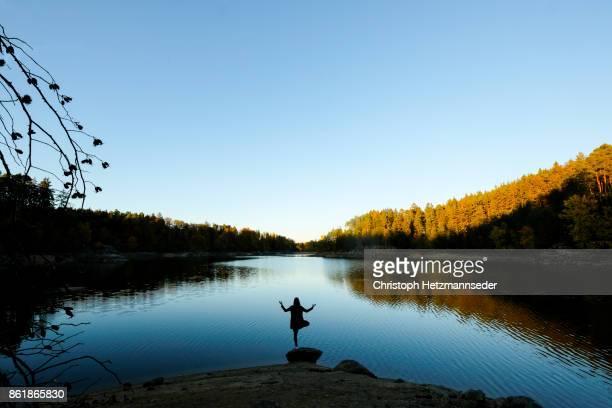 yoga attitude - seeufer stock-fotos und bilder