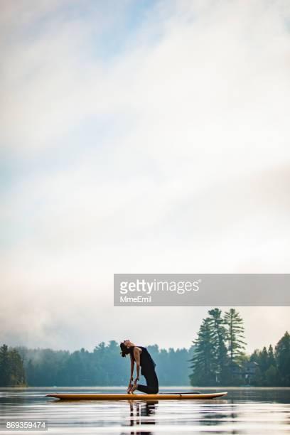 sup yoga - kamel-pose - ustrasana - camel active stock-fotos und bilder