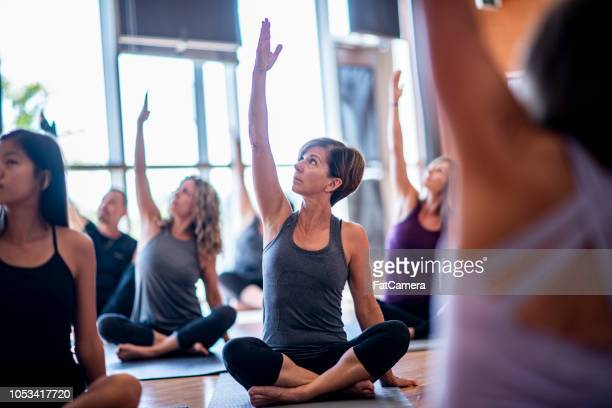 yoga class - yoga studio stock pictures, royalty-free photos & images
