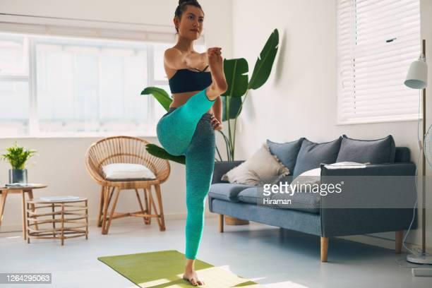 yoga doet meer dan calorieën verbranden en toonspieren - mattone stockfoto's en -beelden