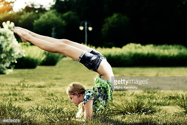yoga-übungen im park - aktmodell frau stock-fotos und bilder