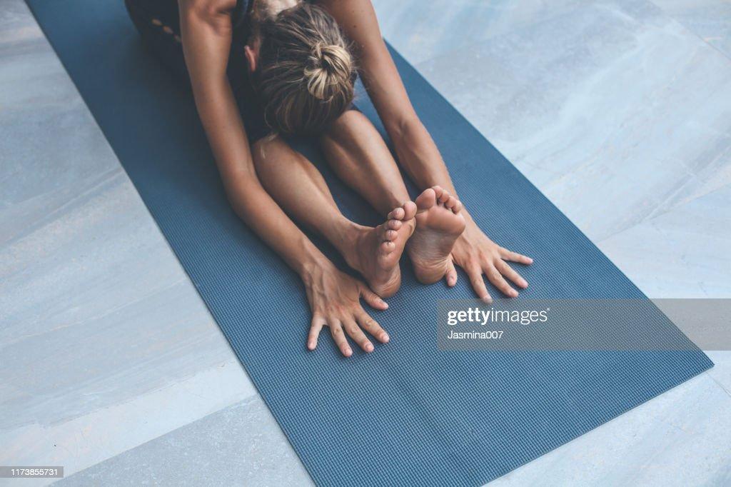 Yoga-Übungen zu Hause : Stock-Foto