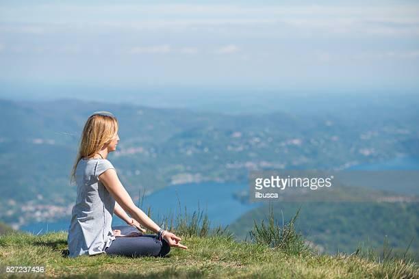 yoga exercises in nature on mountains: padmasana - lotuspositie stockfoto's en -beelden