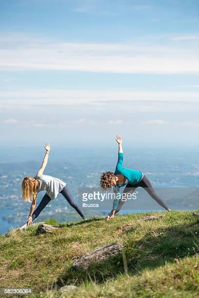 yoga exercises in nature on mountains: triangle pose - 30 39 jaar stockfoto's en -beelden