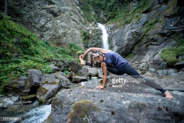 yoga exercises in nature - ilbusca foto e immagini stock