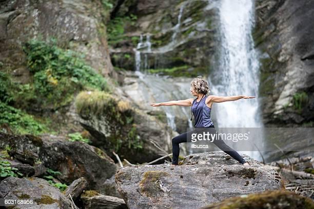 yoga exercises in nature: warrior 2 pose - bonne posture photos et images de collection