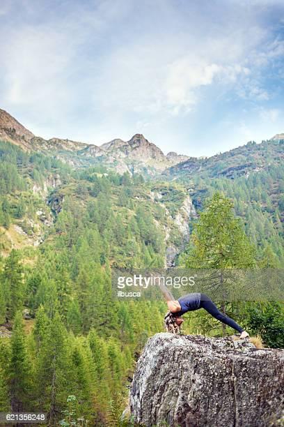 yoga exercises in nature: warrior pose - bonne posture photos et images de collection