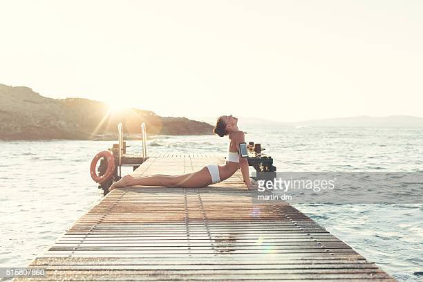 Petite fille Yoga méditation au quai