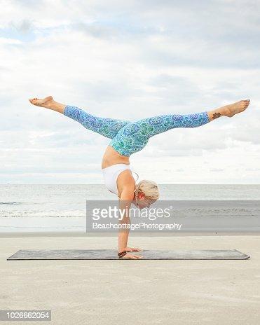yoga handstand mit zwischenzeiten stockfoto  getty images