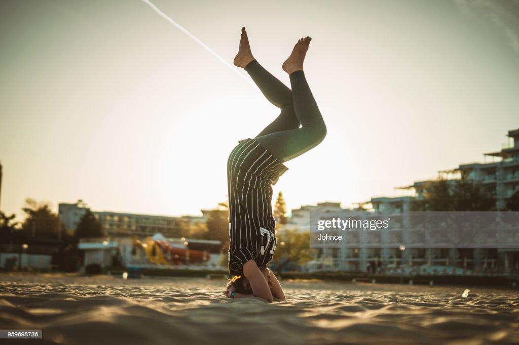 Yoga-Kopfstand am Strand : Stock-Foto