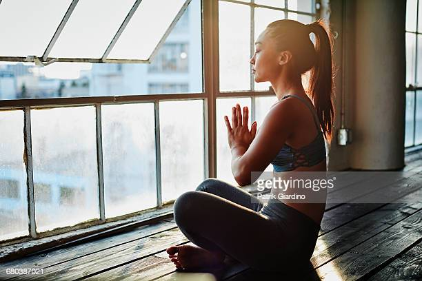 yoga in natural light studio - spiritualiteit stockfoto's en -beelden