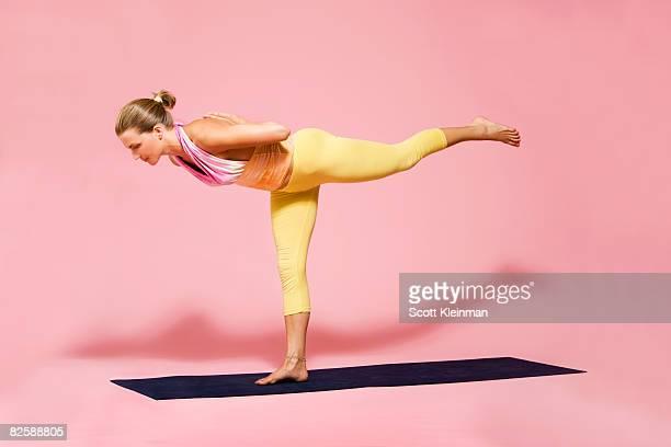 yoga in studio - une seule jeune femme photos et images de collection