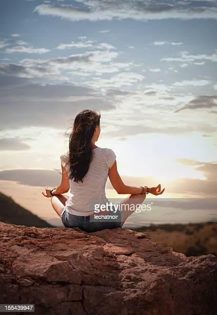 yoga dans la nature au coucher du soleil