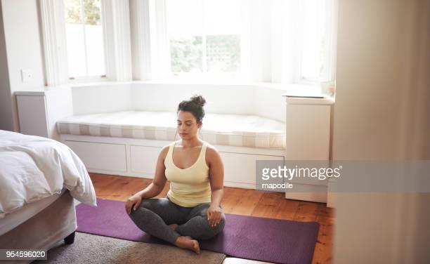 yoga is een geweldige manier om te ontspannen - lotuspositie stockfoto's en -beelden