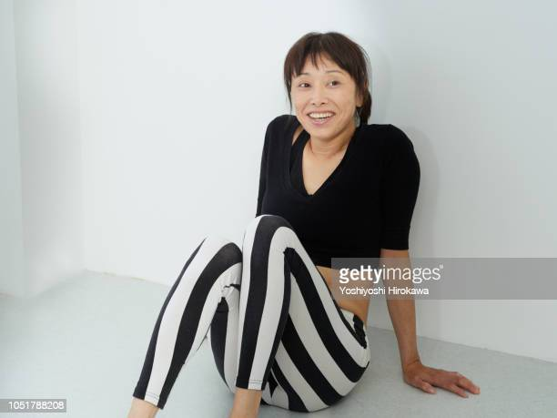 yoga leader is taking a break - chofu stock pictures, royalty-free photos & images