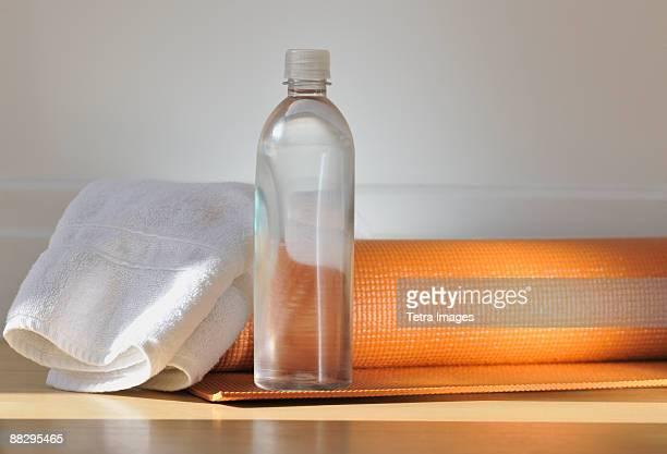 yoga mat and water bottle - エクササイズマット ストックフォトと画像
