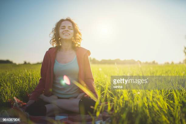 yoga méditation à l'extérieur en position du lotus - bien être photos et images de collection