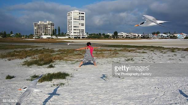 yoga on siesta key beach, florida - siesta key fotografías e imágenes de stock