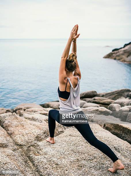 yoga am strand  - blond frauen strand stock-fotos und bilder