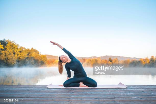 Yoga-Pose - sitzende Seite biegen, Pose (Parsva Sukhasana)
