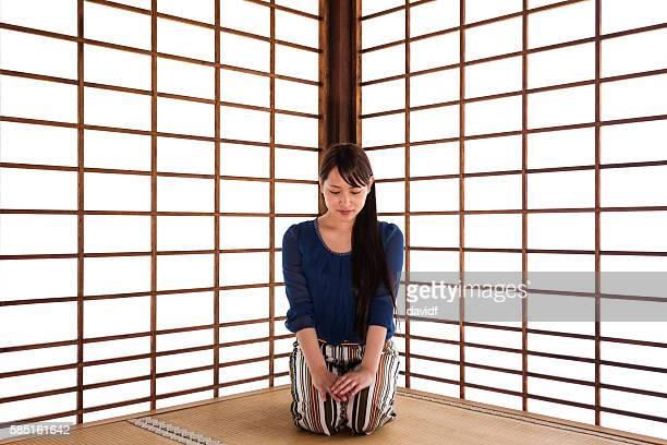 伝統的な日本の畳の部屋でヨガの練習 - 間 ストックフォトと画像