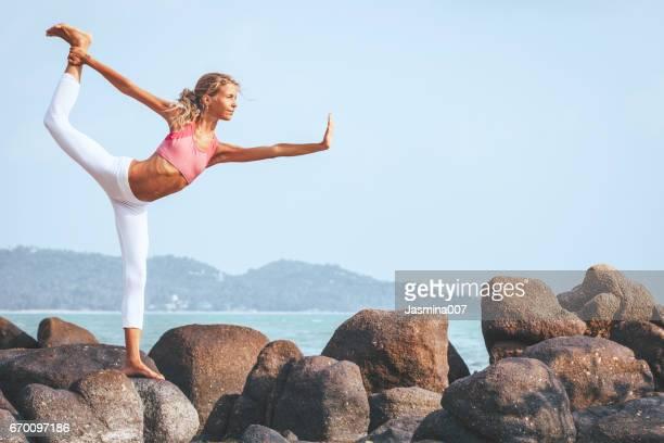 yoga beoefenen - lotuspositie stockfoto's en -beelden