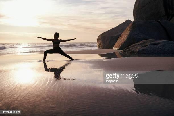 yoga treibt sie geistig und körperlich gleichzeitig - tänzerin stock-fotos und bilder