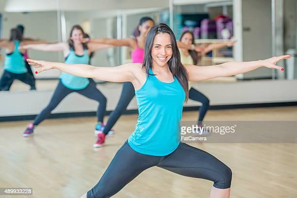 yoga di stretching dopo la lezione di danza - canotta foto e immagini stock