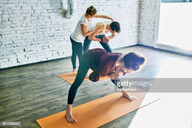 Yoga-Studenten unter Kontrolle von erfahrenen Trainer