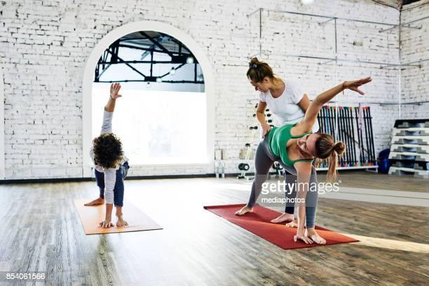 Yoga-Lehrer, die Unterstützung der Schüler-Klasse