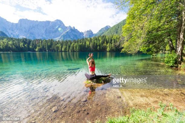 tempo de ioga - margem do lago - fotografias e filmes do acervo