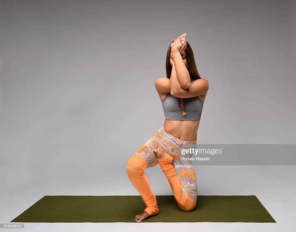 Yoga vatayanasana pose : Stock-Foto